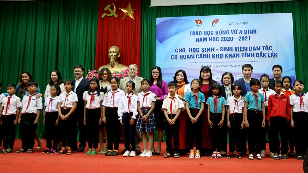 Các đại biểu dự buổi lễ chụp hình lưu niệm với các em học sinh nhận học bổng.
