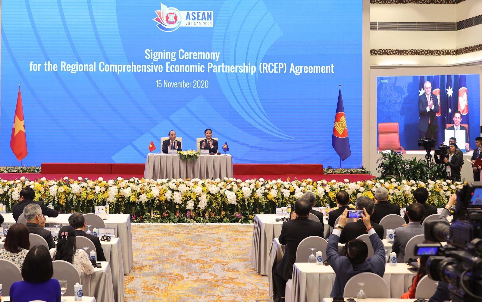 Thủ tướng Nguyễn Xuân Phúc, Chủ tịch ASEAN 2020 cùng các nhà lãnh đạo cấp cao chứng kiến Lễ ký Hiệp định Đối tác Kinh tế Toàn diện Khu vực RCEP. Ảnh: Thống Nhất/TTXVN