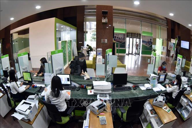 Khách hàng giao dịch tại hội sở chính Vietcombank, 198 Trần Quang Khải, Hà Nội. Ảnh: Trần Việt/TTXVN