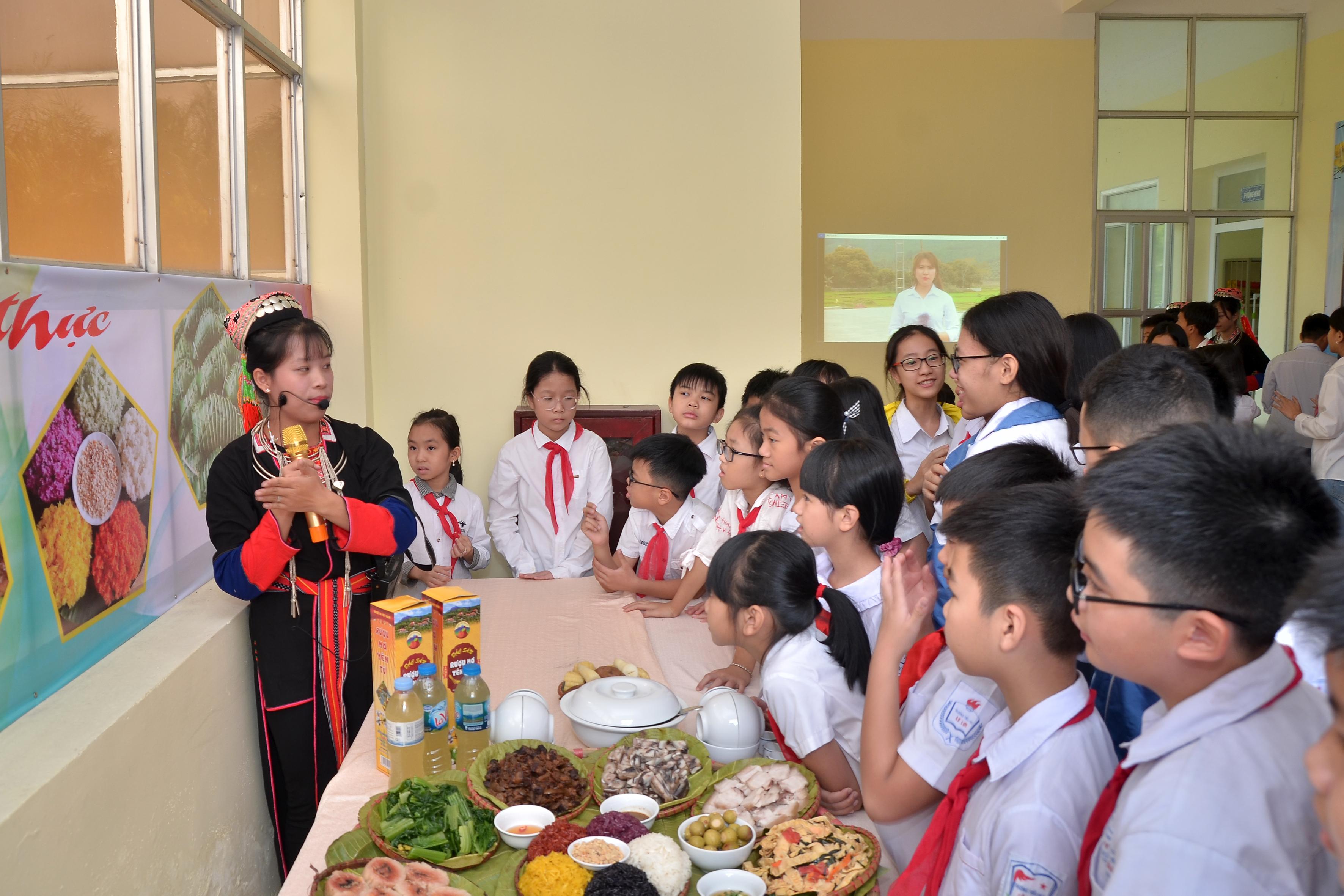 Giới thiệu ẩm thực người Dao đến các bạn học sinh và du khách