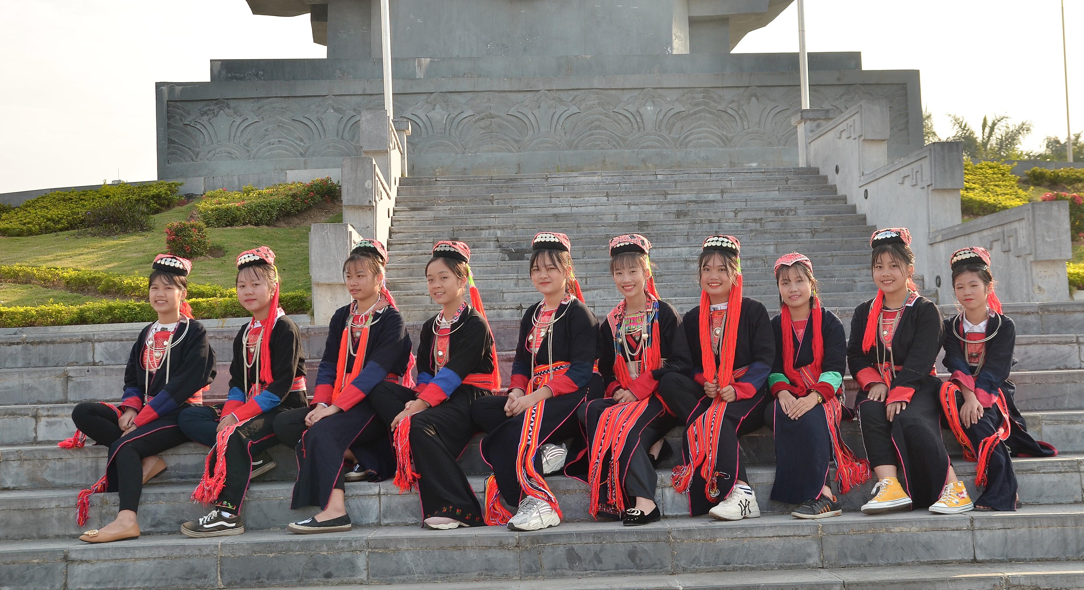 Các em nữ sinh người Dao Thanh Y của Trường THCS Lý Tự Trọng
