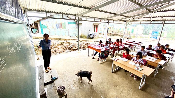 Lớp học tạm bên hiên nhà của thầy, cô giáo và học trò điểm trường Trà Khương