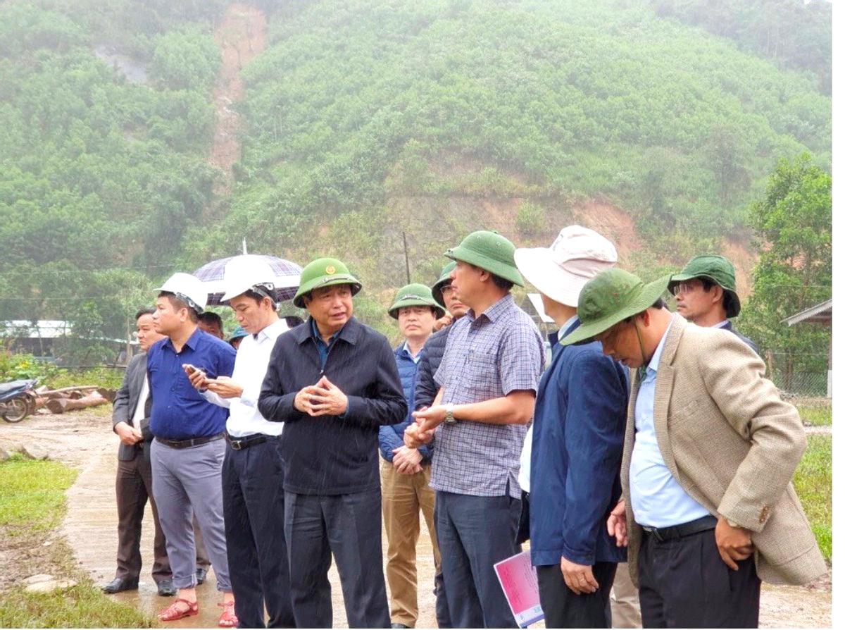Ban Chỉ đạo Trung ương về PCTT do Phó Trưởng ban Trần Quang Hoài - Tổng Cục trưởng Tổng cục PCTT (thứ tư từ phải sang) làm Trưởng đoàn đi khảo sát khu tái định cư tại xã Trà Leng, huyện Nam Trà My (Quảng Nam). Ảnh: Tổng cục PCTT