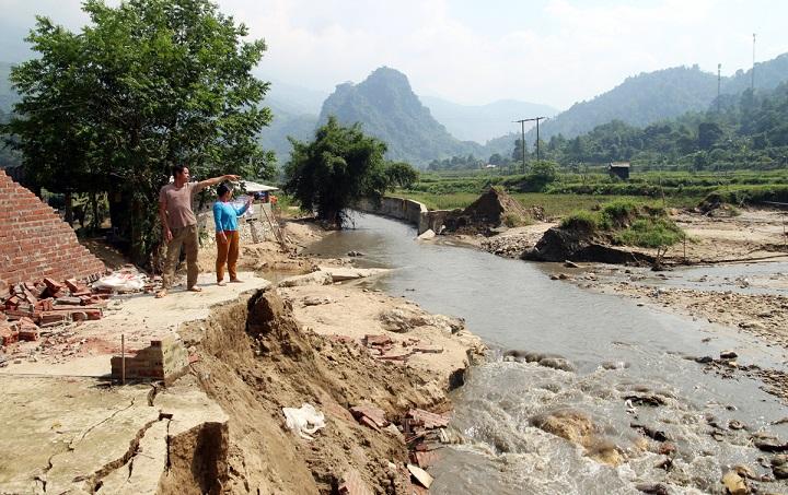 Sau mưa lũ, nhiều bản làng vùng đồng bào DTTS và miền núi bị cô lập, chia cắt
