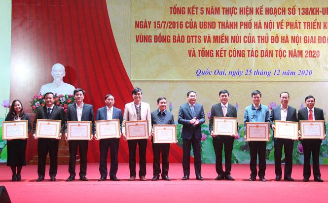 Phó Chủ tịch UBND thành phố Hà Nội Lê Hồng Sơn trao tặng Bằng khen của UBND thành phố cho các cá nhân