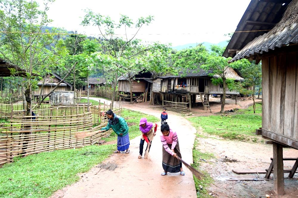Đồng bào dân tộc Chứt (huyện Minh Hoa, tỉnh Quảng Bình) vệ sinh thôn bản