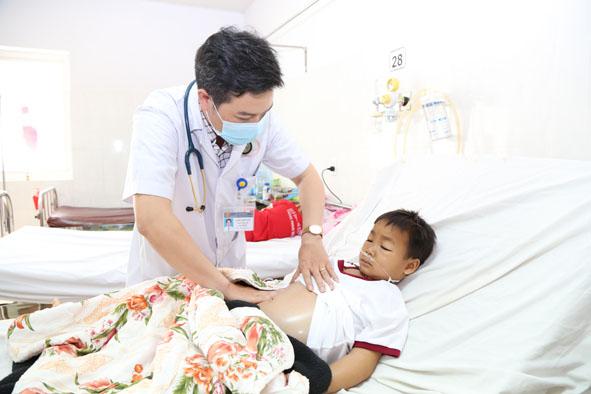 Một bệnh nhi điều trị bệnh thận hư tại Bệnh viện Đa khoa vùng Tây Nguyên.