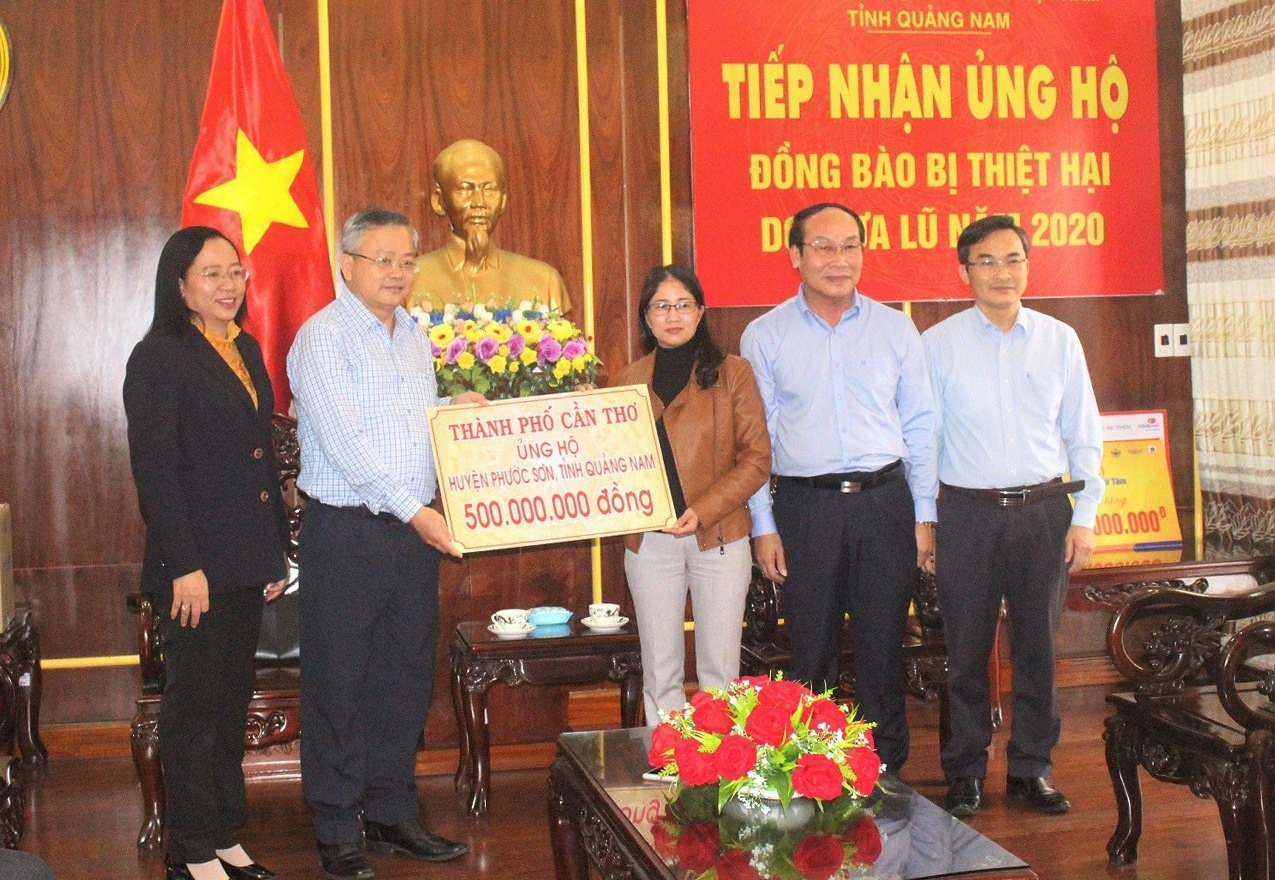 Đại diện Ủy ban MTTQ Việt Nam huyện Phước Sơn (Quảng Nam) tiếp nhận nguồn hỗ trợ từ TP. Cần Thơ