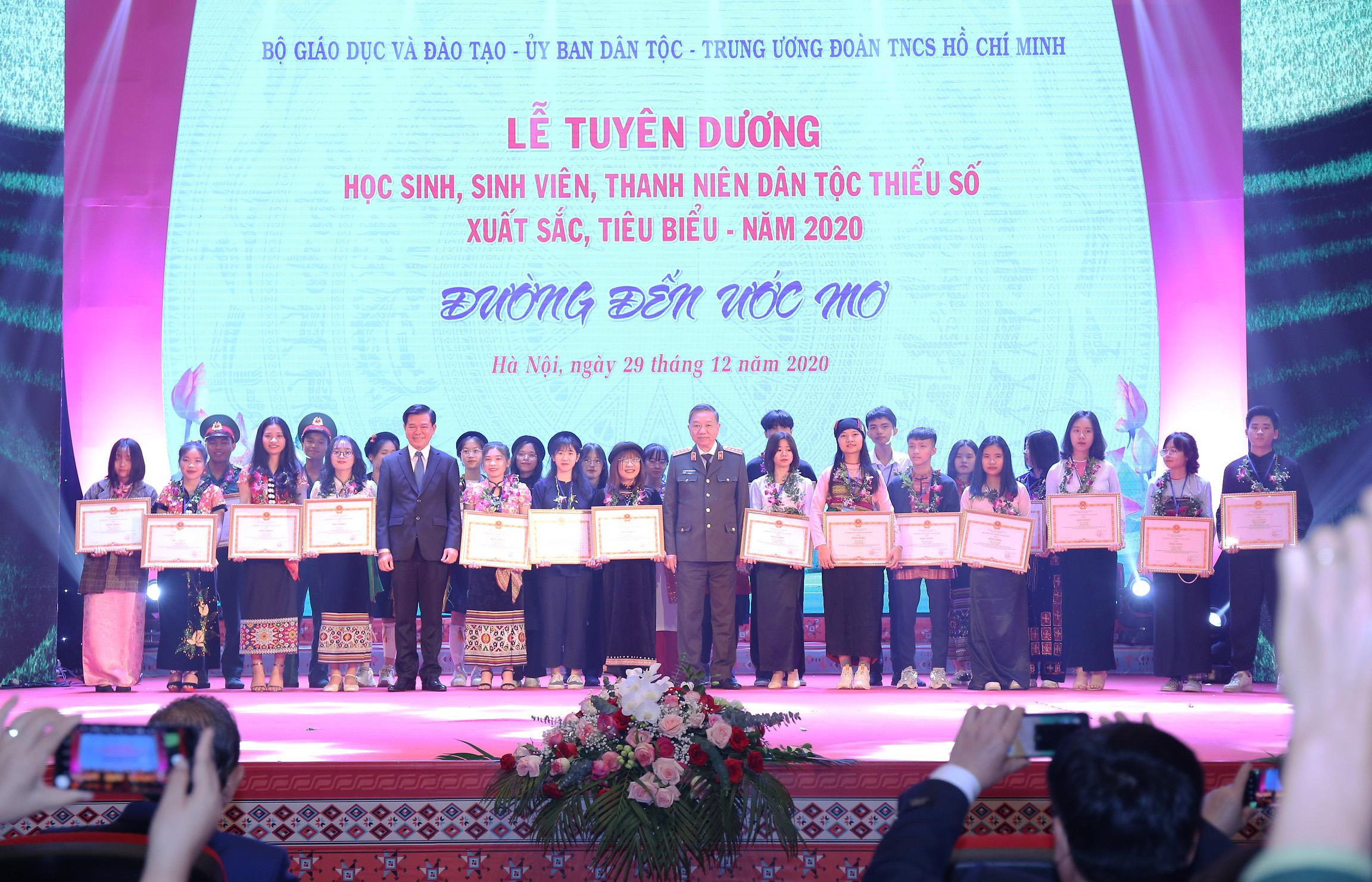 Đại tướng Tô Lâm, Bộ trưởng Bộ Công an và ông Nguyễn Hồng Lĩnh, Phó Trưởng Ban Dân vận Trung ương trao Bằng khen cho các em trúng tuyển Đại học với số điểm xuất sắc