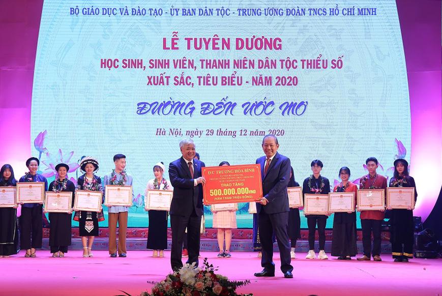 Phó Thủ tướng Thường trực Chính phủ Trương Hòa Bình trao tặng 500 triệu đồng hỗ trợ HS, SV, TN DTTS. Bộ trưởng, Chủ nhiệm UBDT Đỗ Văn Chiến thay mặt các em nhận phần quànày.
