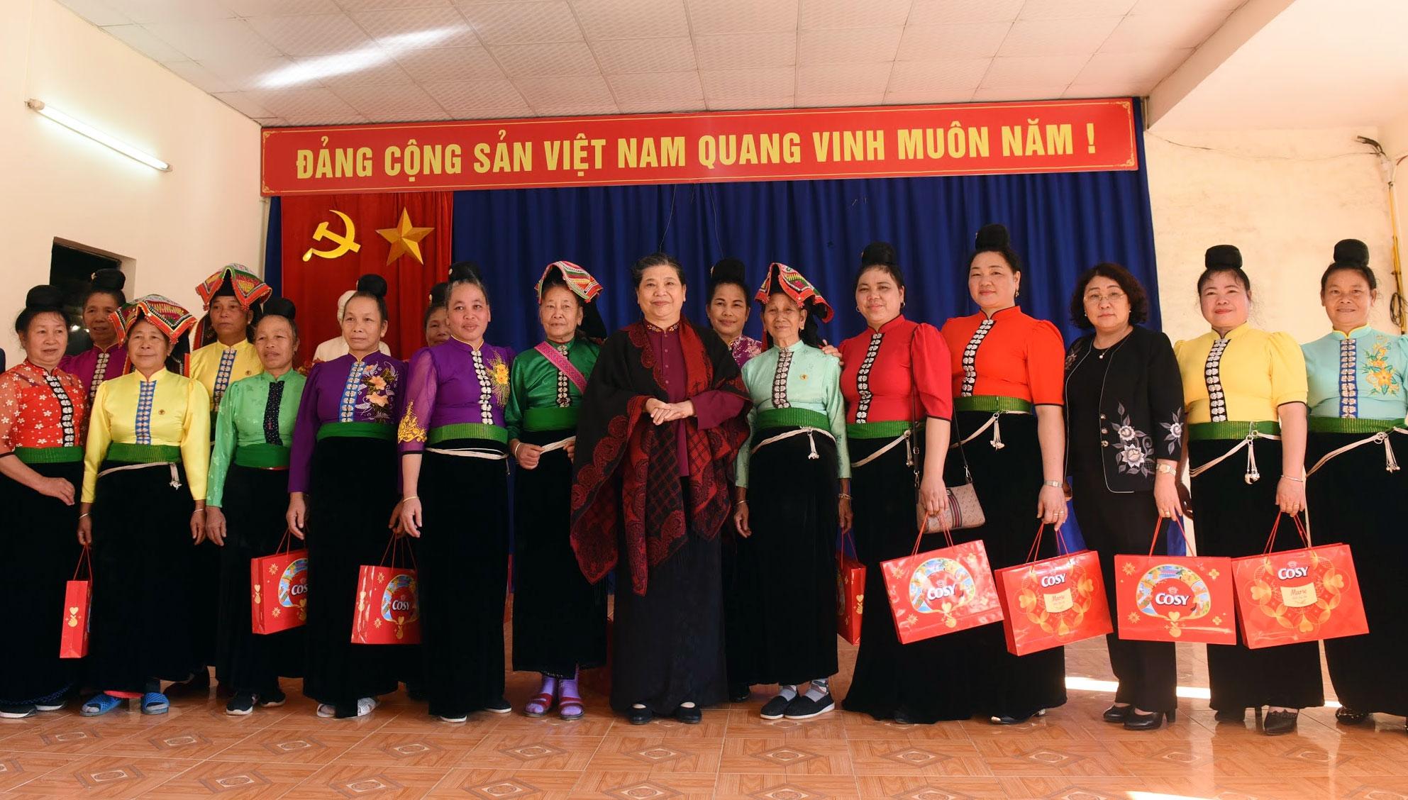 Phó Chủ tịch Thường trực Quốc hội Tòng Thị Phóng tặng quà người dân bản Phứa Cón, phường Chiềng An, Thành phố Sơn La