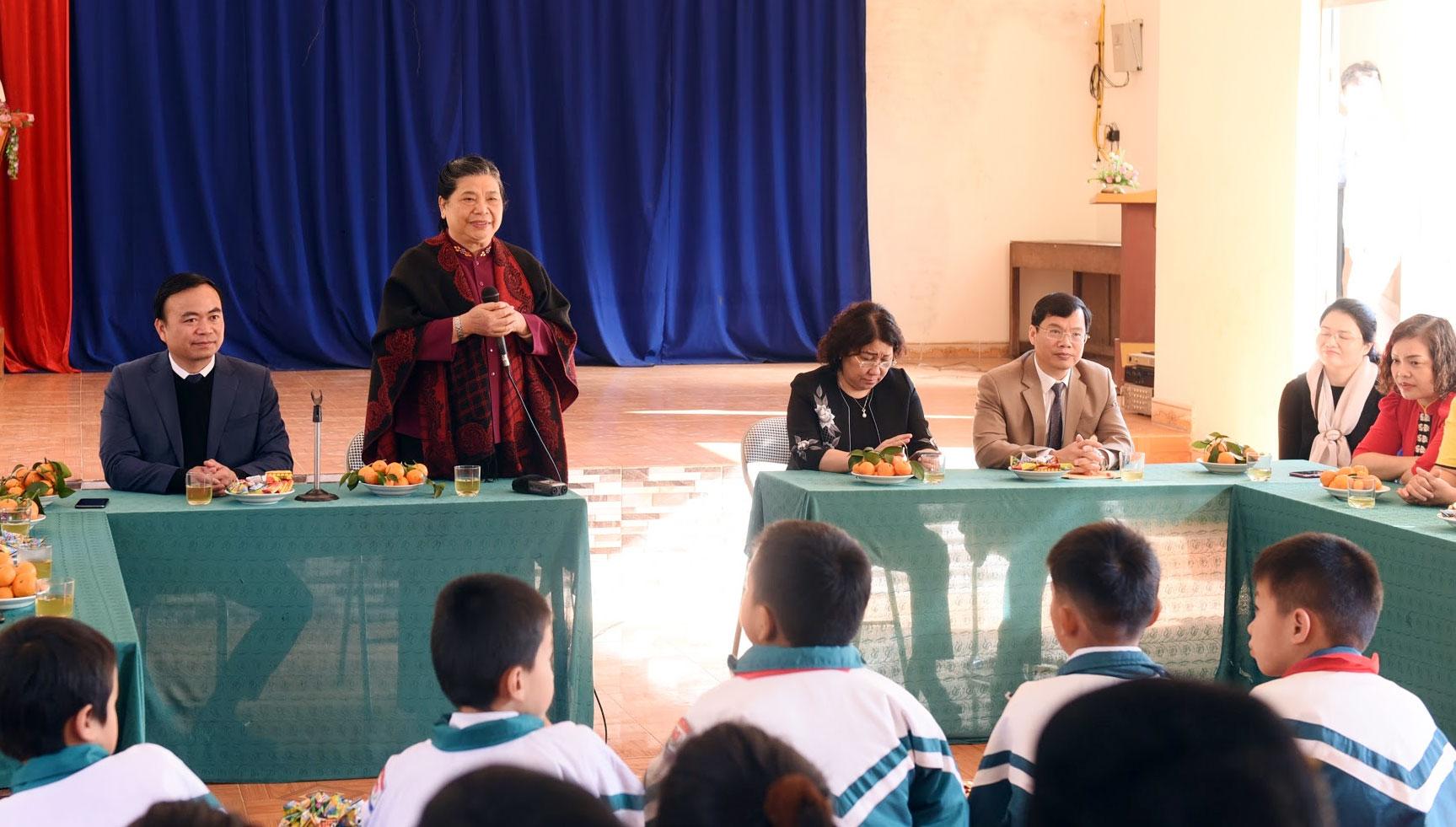 Phó Chủ tịch Thường trực Quốc hội Tòng Thị Phóng phát biểu tại buổi gặp