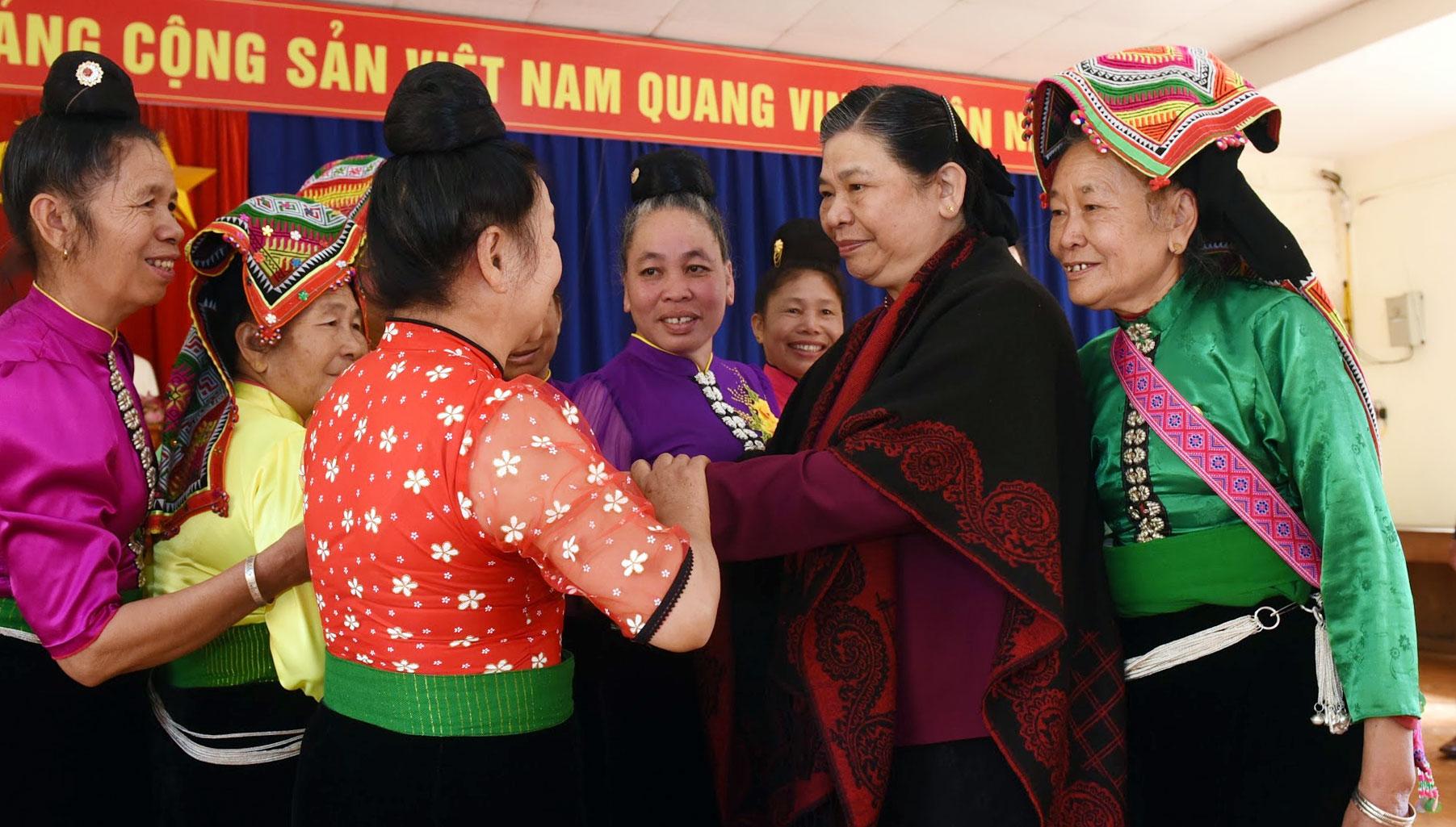 Phó Chủ tịch Thường trực Quốc hội Tòng Thị Phóng với người dân bản Phứa Cón, phường Chiềng An, Thành phố Sơn La