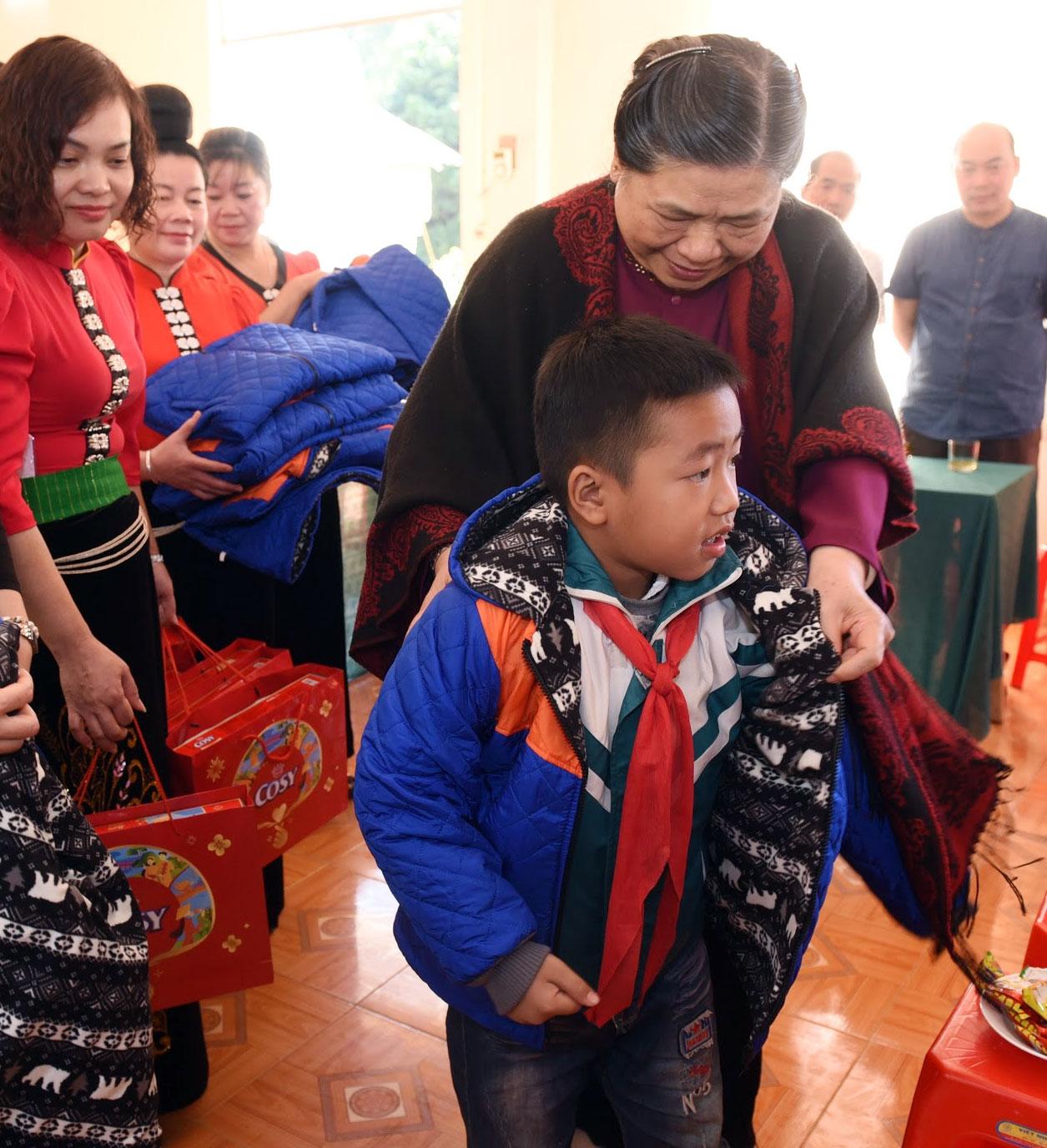 Phó Chủ tịch Thường trực Quốc hội Tòng Thị Phóng tặng áo ấm cho các cháu học sinh bản Phứa Cón, phường Chiềng An, Thành phố Sơn La