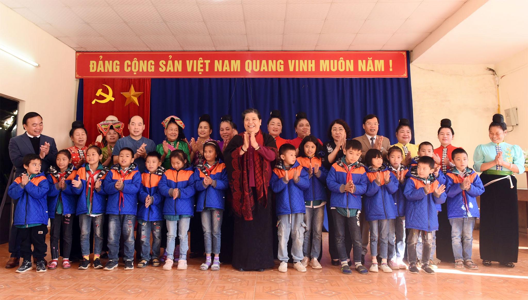 Phó Chủ tịch Thường trực Quốc hội Tòng Thị Phóng với các em học sinh và người dân bản Phứa Cón, phường Chiềng An, Thành phố Sơn La
