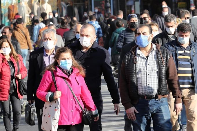 Người dân đeo khẩu trang khi đi trên đường phố thủ đô Ankara, Thổ Nhỹ Kỳ. (Ảnh: AFP)