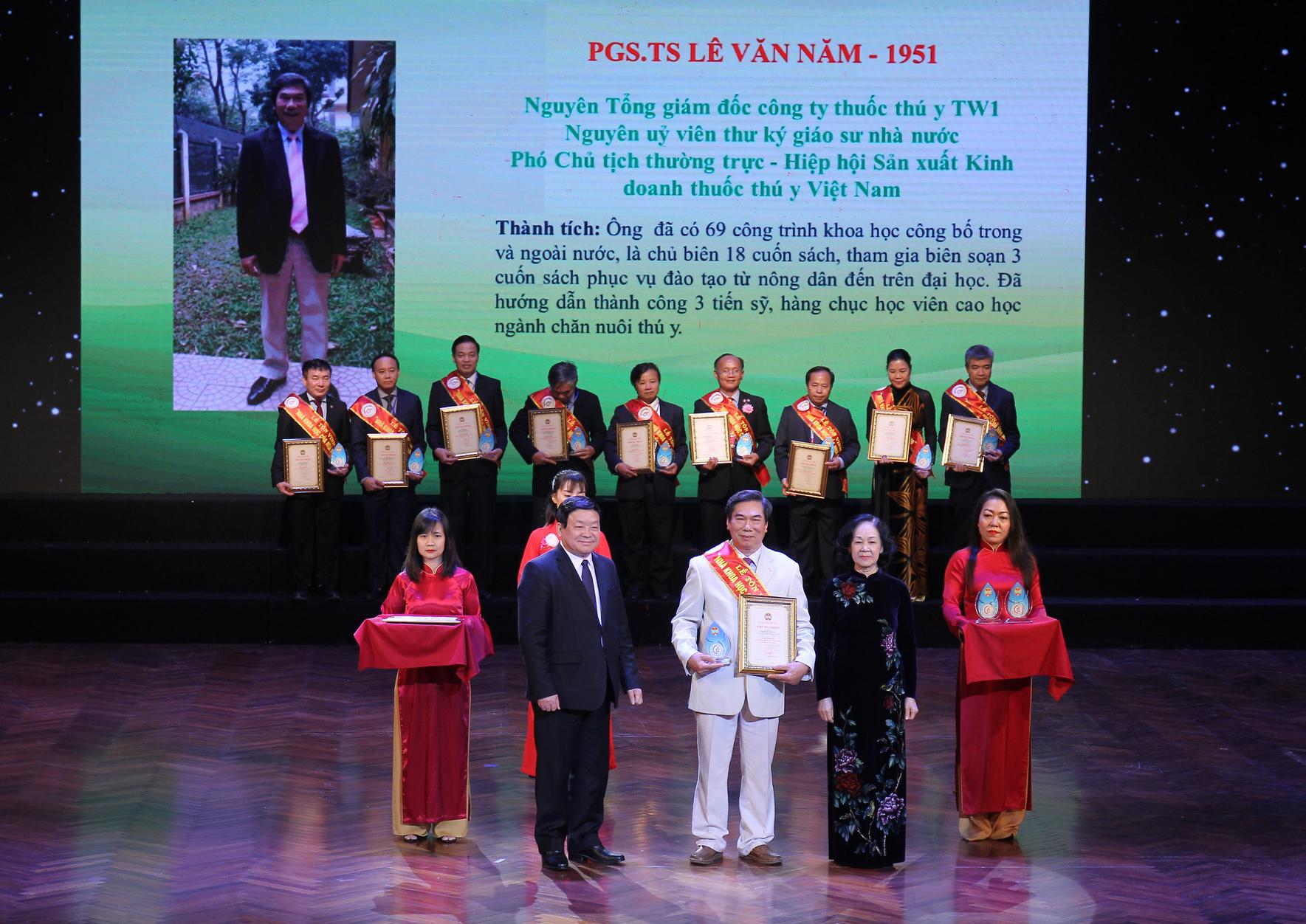 Trưởng ban Dân vận Trung ương Trương Thị Mai, Chủ tịch Trung ương Hội Nông dân Việt Nam Thào Xuân Sùng trao Bằng khen và Kỷ niệm chương cho các Nhà khoa học của nhà nông.