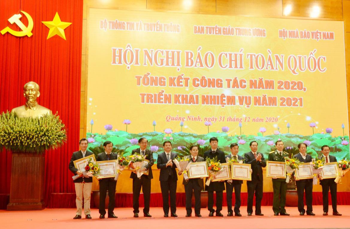 Báo Dân tộc và Phát triển cùng đại diện các cơ quan báo chí nhận Bằng khen của Ban Tuyên Giáo Trung ương