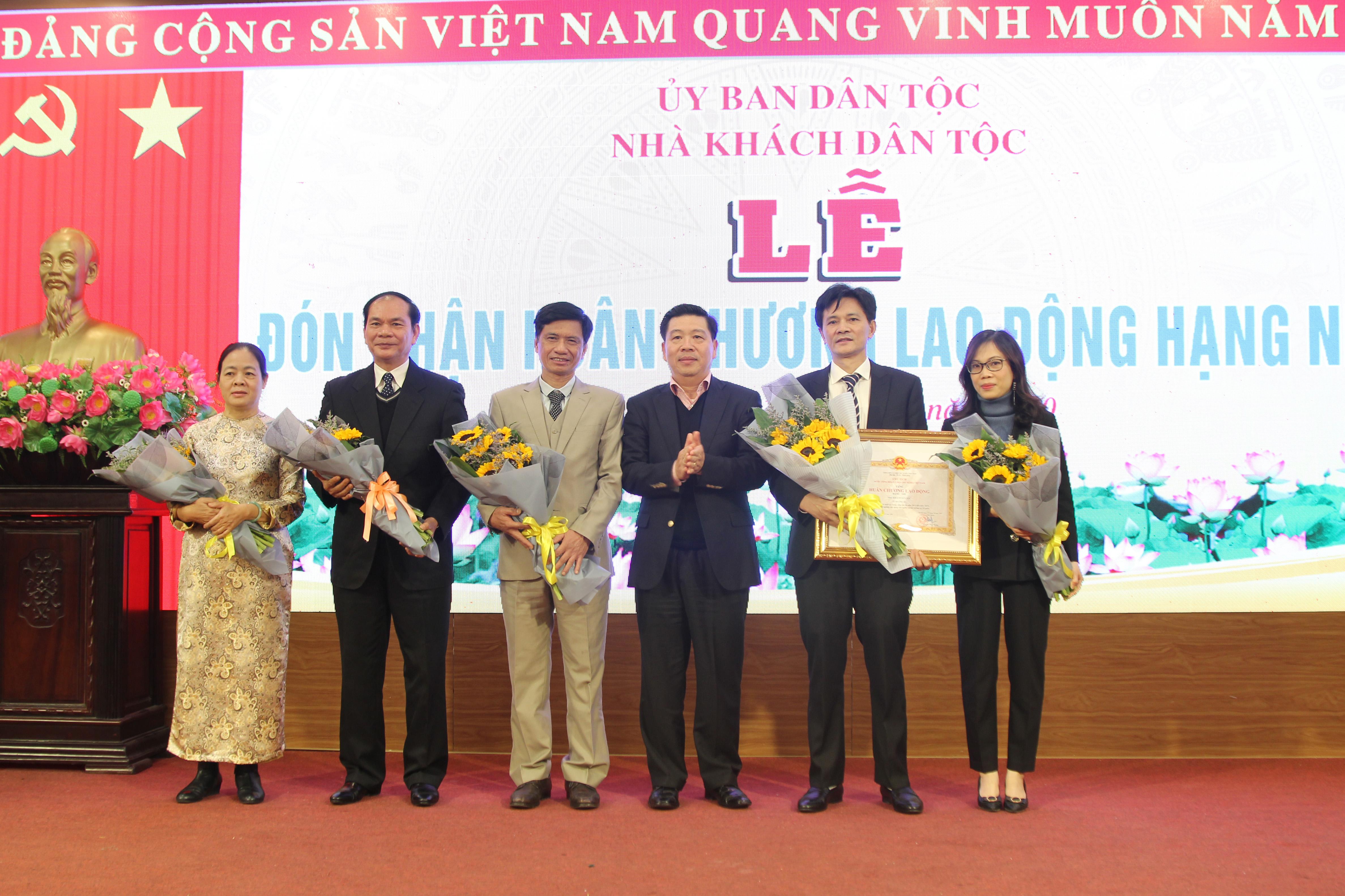 Thừa ủy quyền của Chủ tịch nước, Thứ trưởng, Phó Chủ nhiệm UBDT Lê Sơn Hải đã trao Huân chương Lao động hạng Nhì cho Khách sạn Dân tộc.