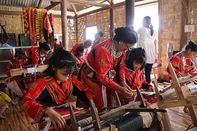 Đồng bào Pà Thẻn được hỗ trợ bảo tồn, phát triển nghề dệt thổ cẩm truyền thống.