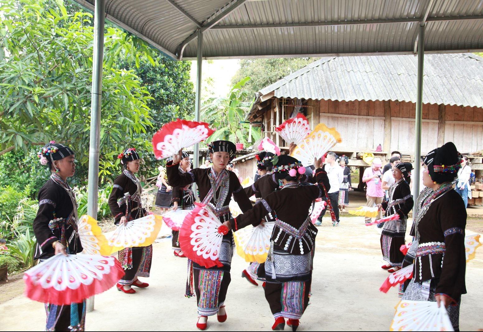Trình diễn múa quạt dân tộc Lự phục vụ du lịch cộng đồng.