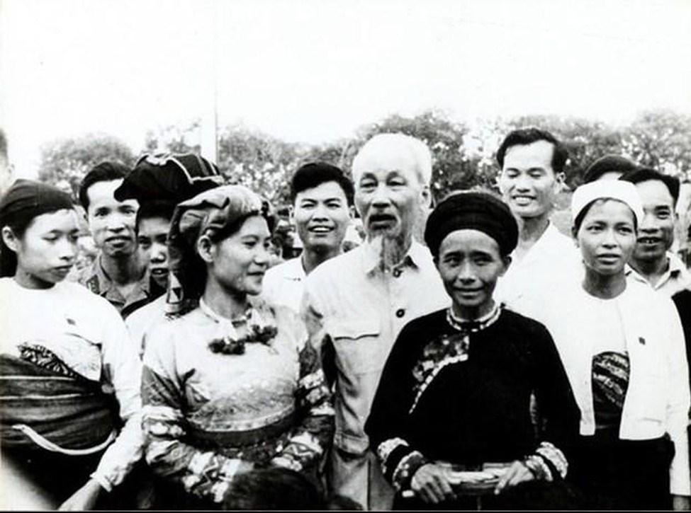 Chủ tịch Hồ Chí Minh với đại biểu Quốc hội là người DTTS dự Kỳ họp lần thứ Nhất, Quốc hội khóa III tại Hà Nội. (Ảnh tư liệu).