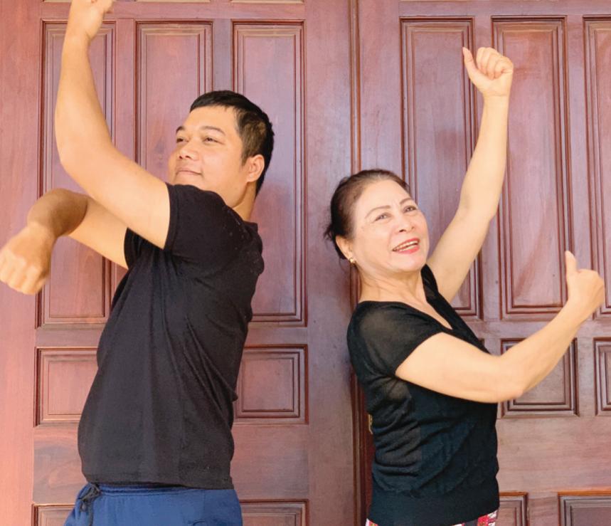 Hiện nay, nhiều diễn viên trẻ vẫn thường xuyên tìm đến Nghệ sĩ Xuân La nhờ uốn nắm động tác, kỹ năng múa mới