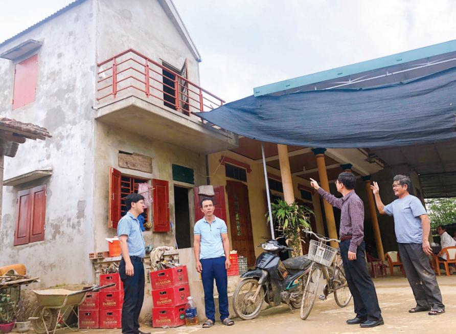 Lãnh đạo Ngân hàng CSXH tỉnh Quảng Bình thăm mô hình nhà tránh lũ của gia đình bà Nguyễn Thị Thì ở thôn Hiển Vinh, xã Duy Ninh, huyện Quảng Ninh (Quảng Bình)