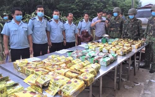 Vụ vận chuyển ma túy 98 kg được giấu trong 5 pho tượng gỗ bị các lực lượng chức năng phát hiện, bắt giữ ngày 8/9/2020 tại Cửa khẩu Cầu Treo (Hà Tĩnh).