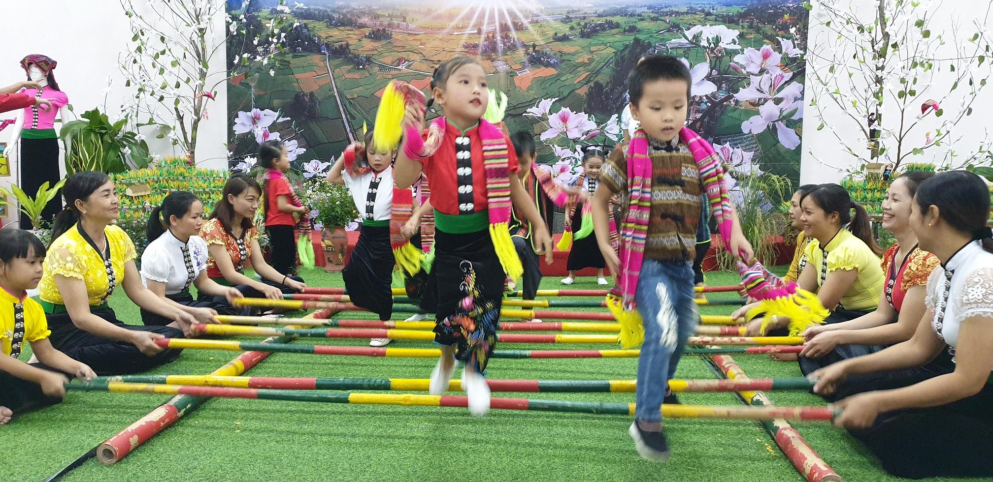 Các em thiếu niên, nhi đồng được dạy các điệu múa, điệu xòe… ở cả trong nhà trường và gia đình