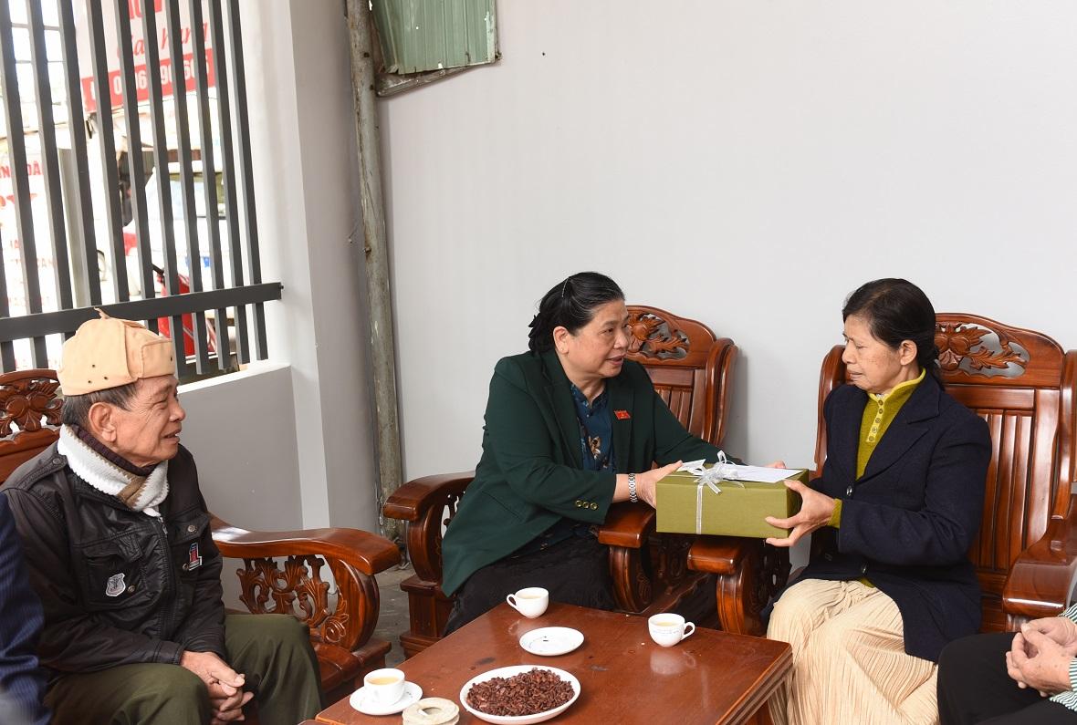 Phó Chủ tịch Thường trực Quốc hội Tòng Thị Phóng thăm, tặng quà nguyên Phó trưởng đoàn ĐBQH tỉnh Đăk Lăk H'Luộc N'tơr