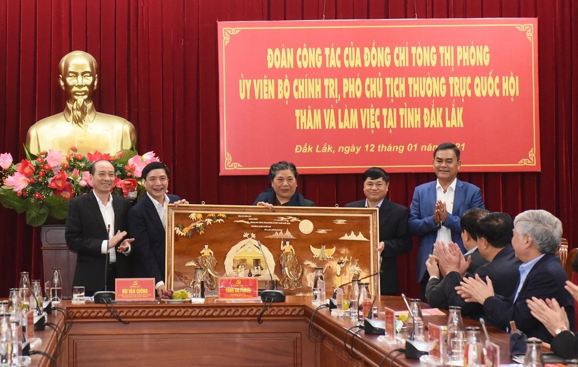 Lãnh đạo tỉnh Đăk Lăk tặng bức tranh lưu niệm cho Phó Chủ tịch Thường trực Quốc hội Tòng Thị Phóng