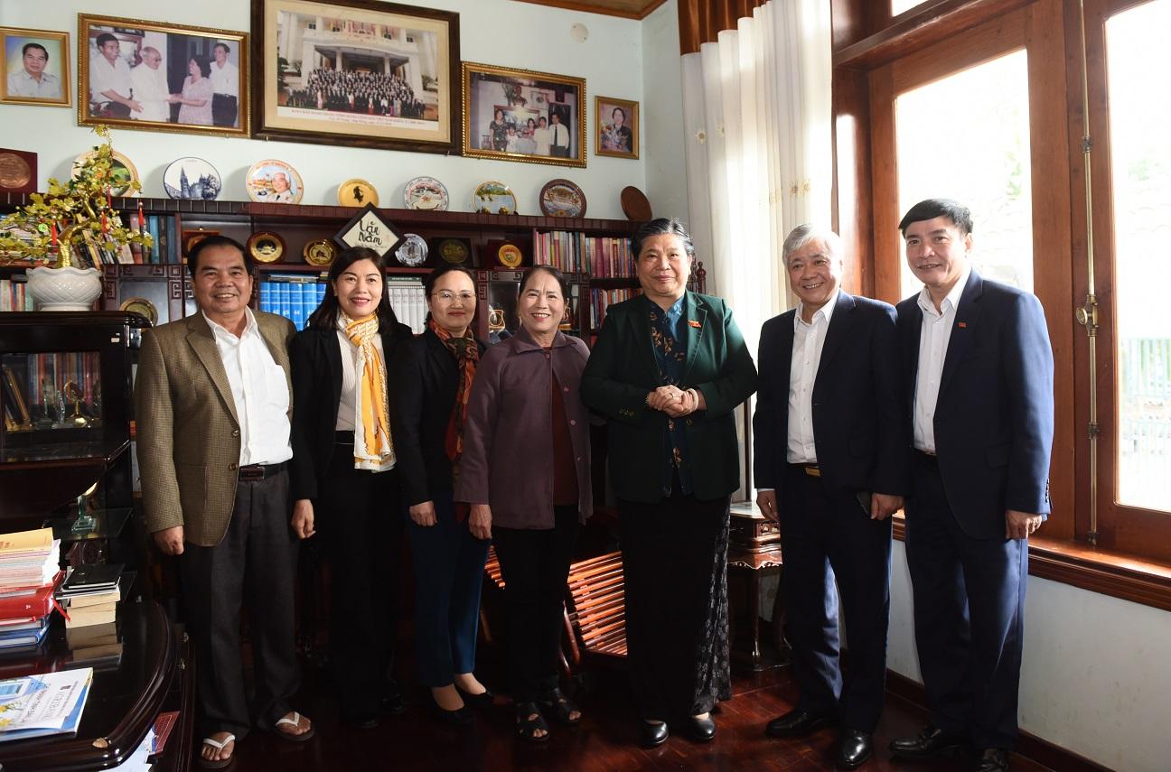 Phó Chủ tịch Thường trực Quốc hội Tòng Thị Phóng cùng đoàn công tác thăm gia đình nguyên Bí thư tỉnh ủy Đăk Lăk Mai Văn Năm