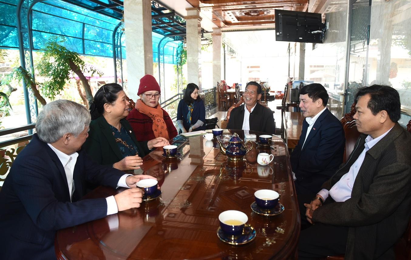 Phó Chủ tịch Thường trực Quốc hội Tòng Thị Phóng thăm gia đình nguyên Bí thư tỉnh ủy Đăk Lăk Niê Thuật