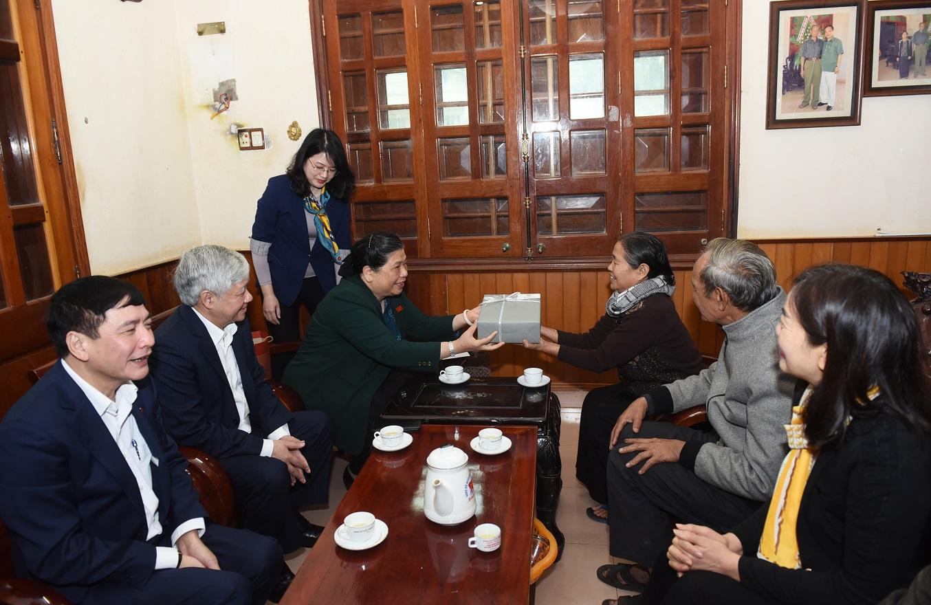 Phó Chủ tịch Thường trực Quốc hội Tòng Thị Phóng thăm và tặng quà gia đình nguyên Bí thư tỉnh ủy Đăk Lăk Y Luyện Niê KDăm