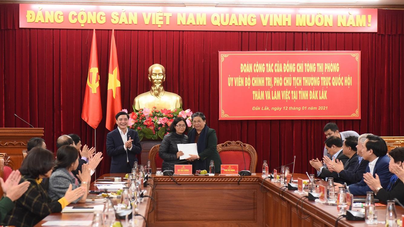Phó Chủ tịch Thường trực Quốc hội Tòng Thị Phóng trao 350 triệu đồng cho Quỹ Khuyến học tỉnh Đăk Lăk