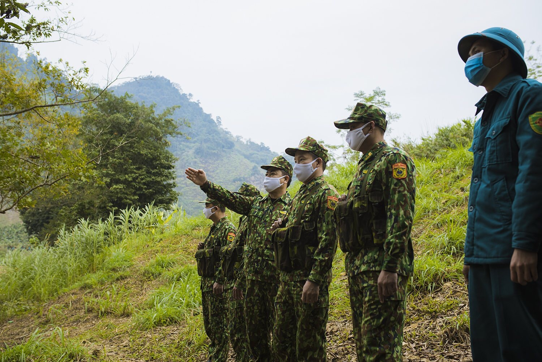 Bất kể ngày hay đêm cán bộ, chiến sỹ Đồn biên phòng Bản Lầu vẫn duy trì tuần tra bảo vệ biên giới, phòng chống dịch bệnh