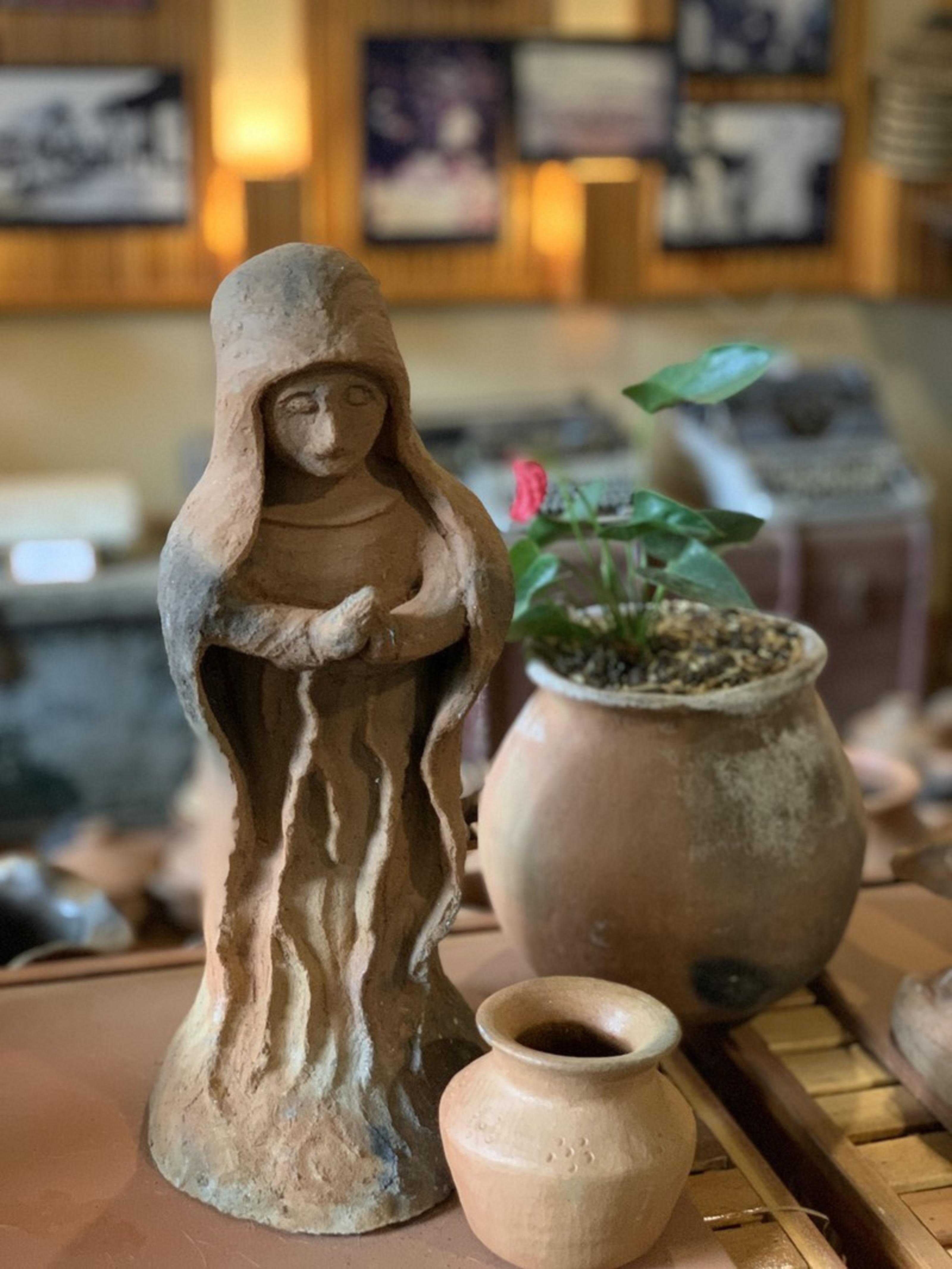 Gốm mộc truyền thống của đồng bào Churu không nhiều hoạ tiết nhưng mềm mại nhờ bàn tay khéo léo nặn thủ công của các nghệ nhân.