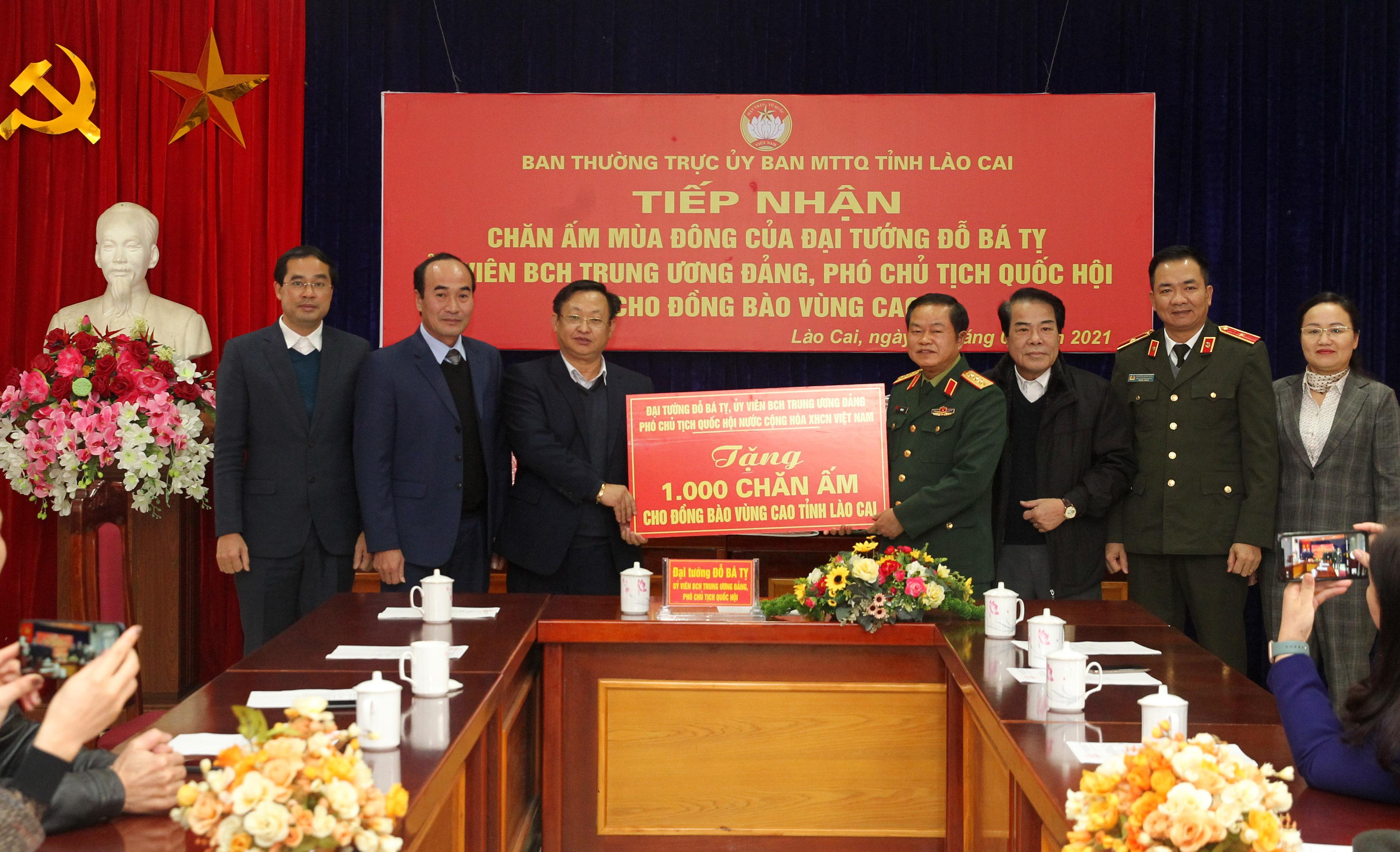 Đại tướng Đỗ Bá Tỵ, Phó Chủ tịch Quốc hội trao tượng trưng 1000 chăn ấm cho đồng bào nghèo trên địa bàn tỉnh Lào Cai