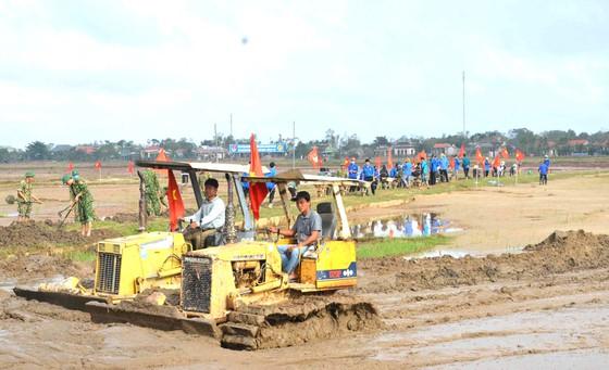 Quảng Trị huy động máy móc tổng lực dọn đất cát vùi lấp ruộng đồng chuẩn bị sản xuất vụ Đông Xuân 2021