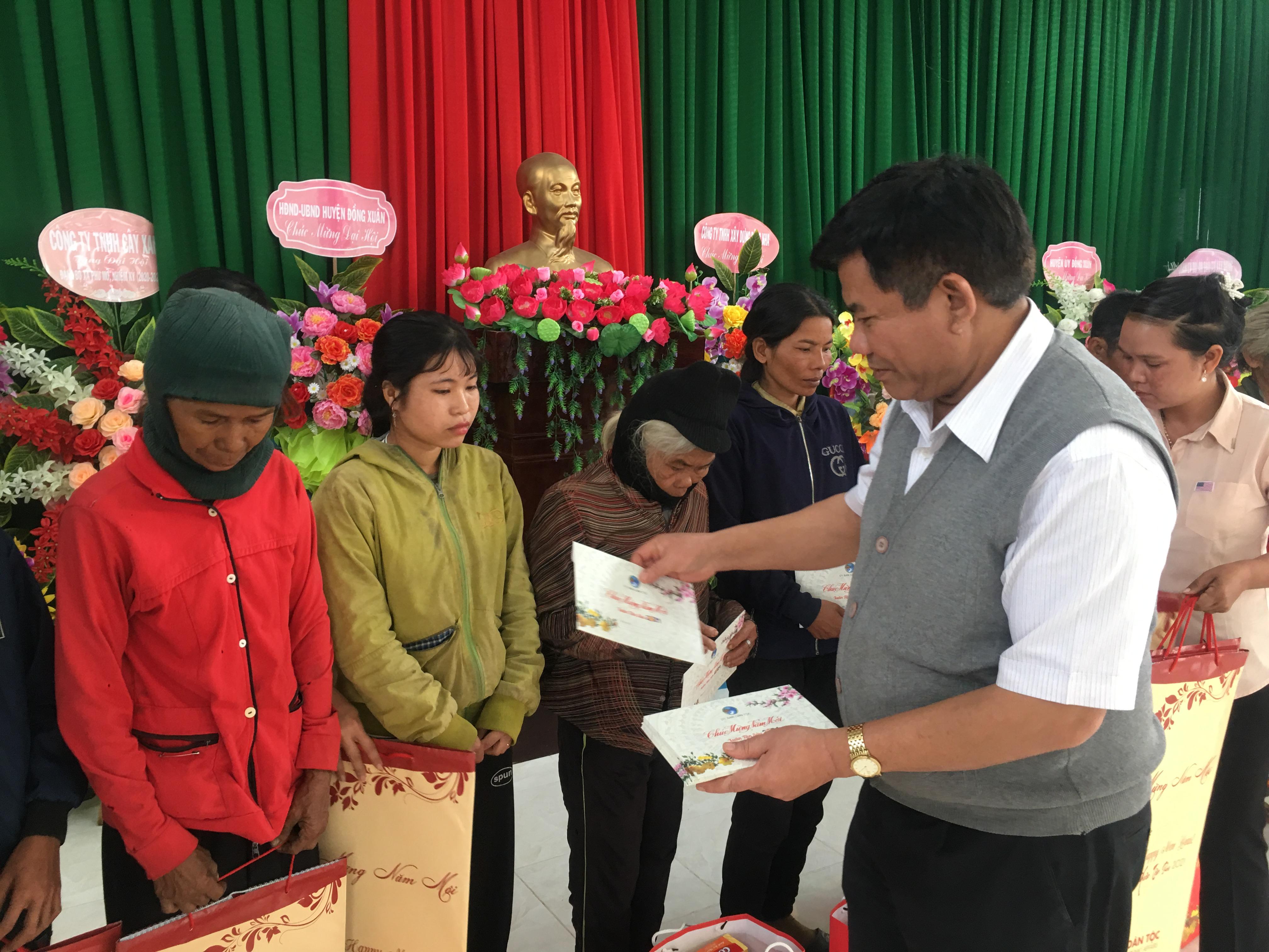 Thứ trưởng, Phó Chủ nhiệm UBDT Y Thông tặng quà cho đồng bào DTTS xã Phú Mỡ, huyện Đồng Xuân