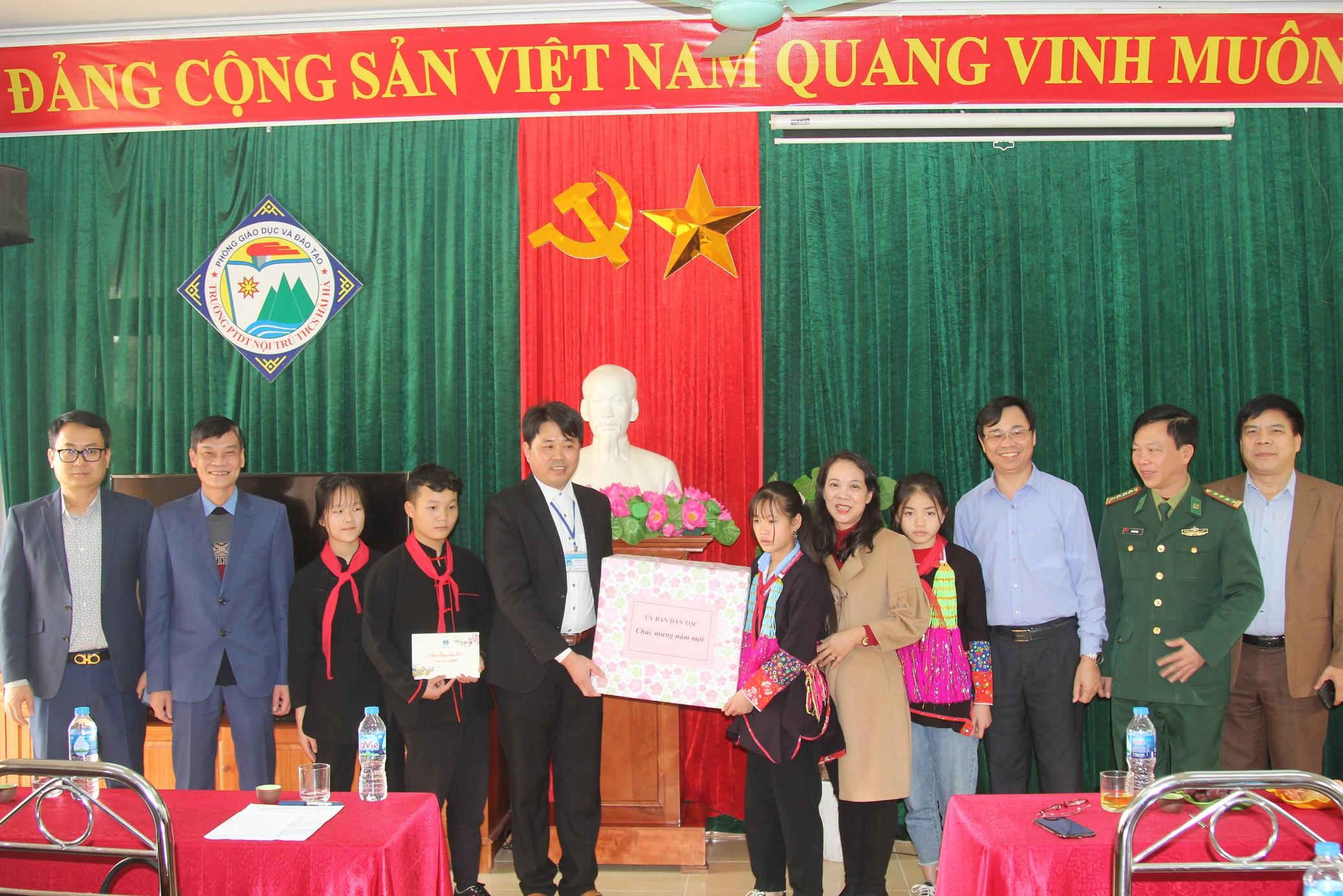 Thứ trưởng, Phó Chủ nhiệm Hoàng Thị Hạnh tặng quà Tết tại Trường Phổ thông Dân tộc nội trú THCS Hải Hà