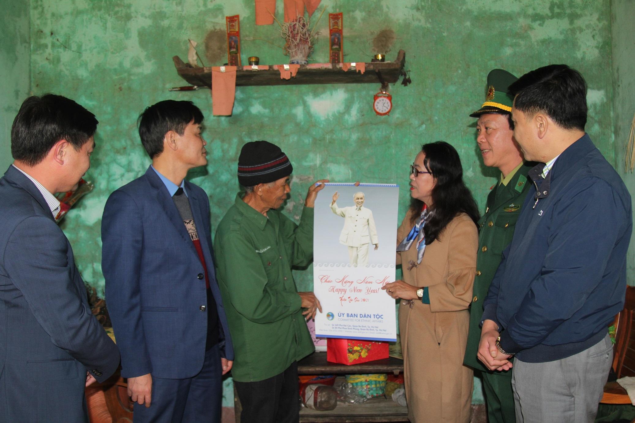 Thứ trưởng, Phó Chủ nhiệm Hoàng Thị Hạnh tặng quà Người có uy tín xã Quảng Đức, huyện Hải Hà