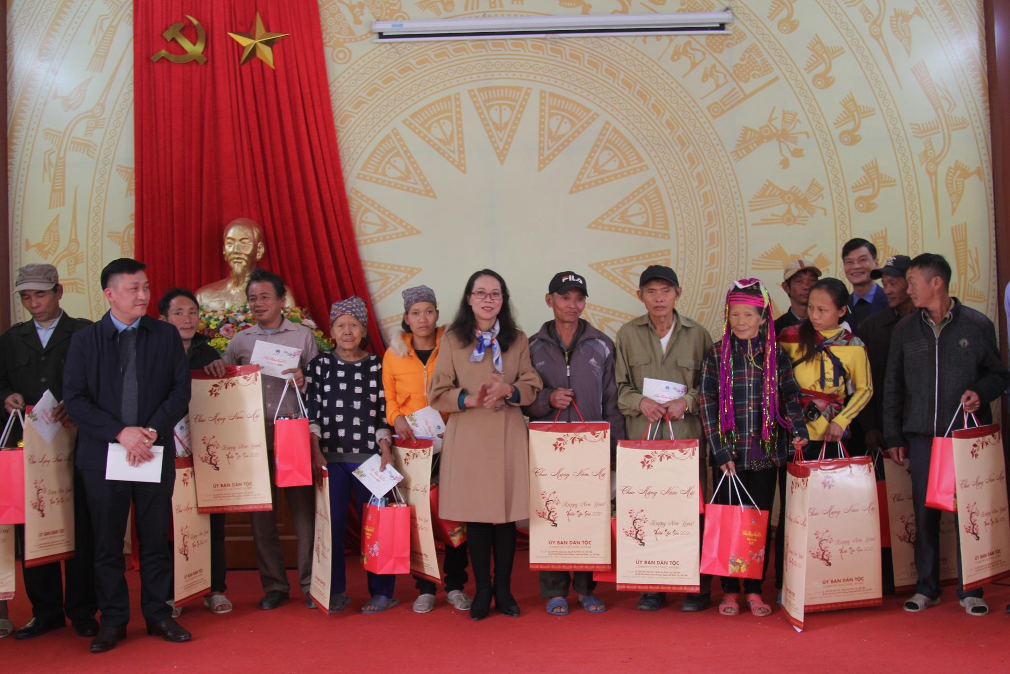 Thứ trưởng, Phó Chủ nhiệm Hoàng Thị Hạnh tặng quà Tết đồng bào DTTS khó khăn xã Quảng Đức, huyện Hải Hà
