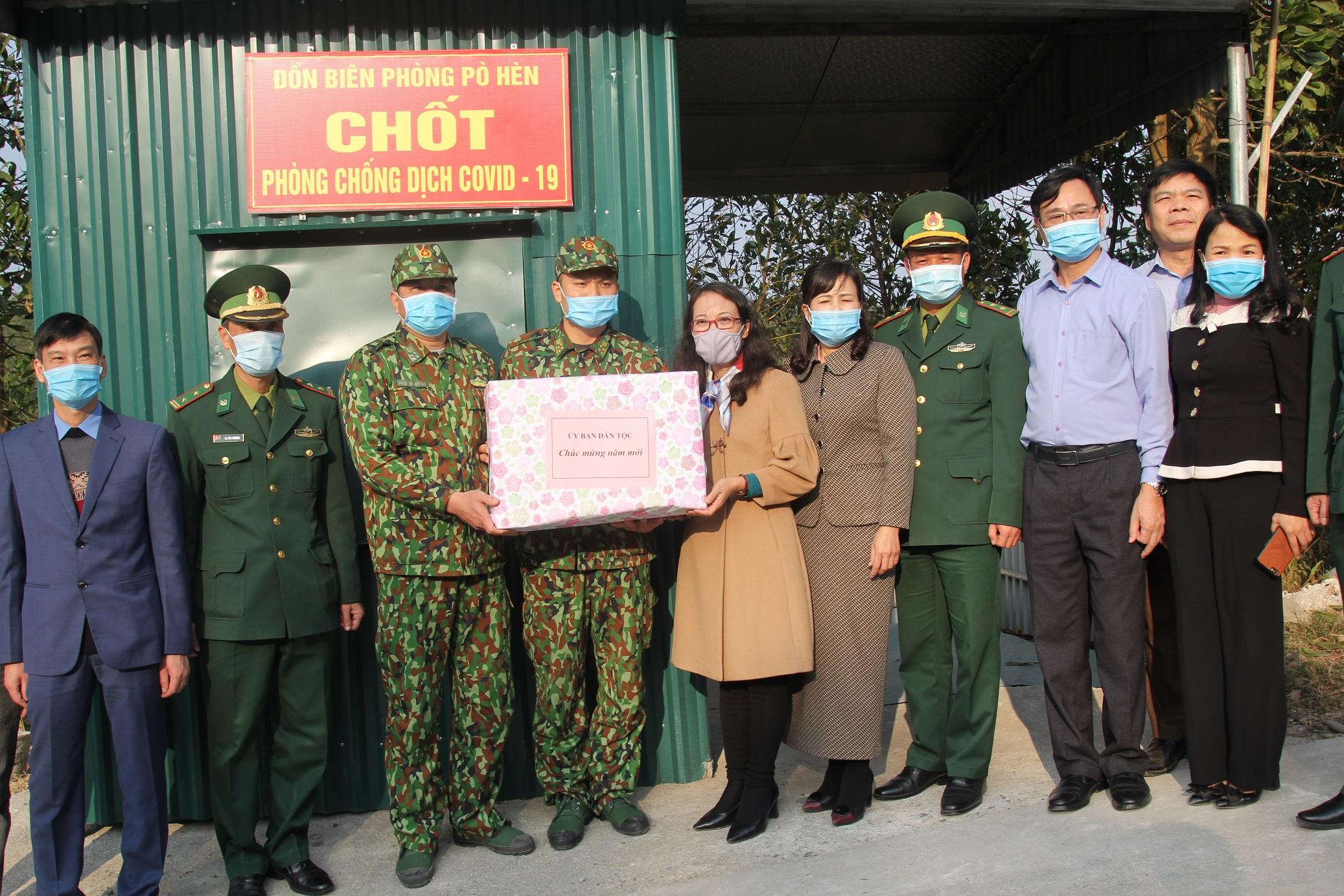 Thứ trưởng, Phó Chủ nhiệm Hoàng Thị Hạnh tặng quà các chiến sỹ biên phòng tại các chốt phòng chống dịch trên tuyến biên giới huyện Hải Hà và thành phố Móng Cái
