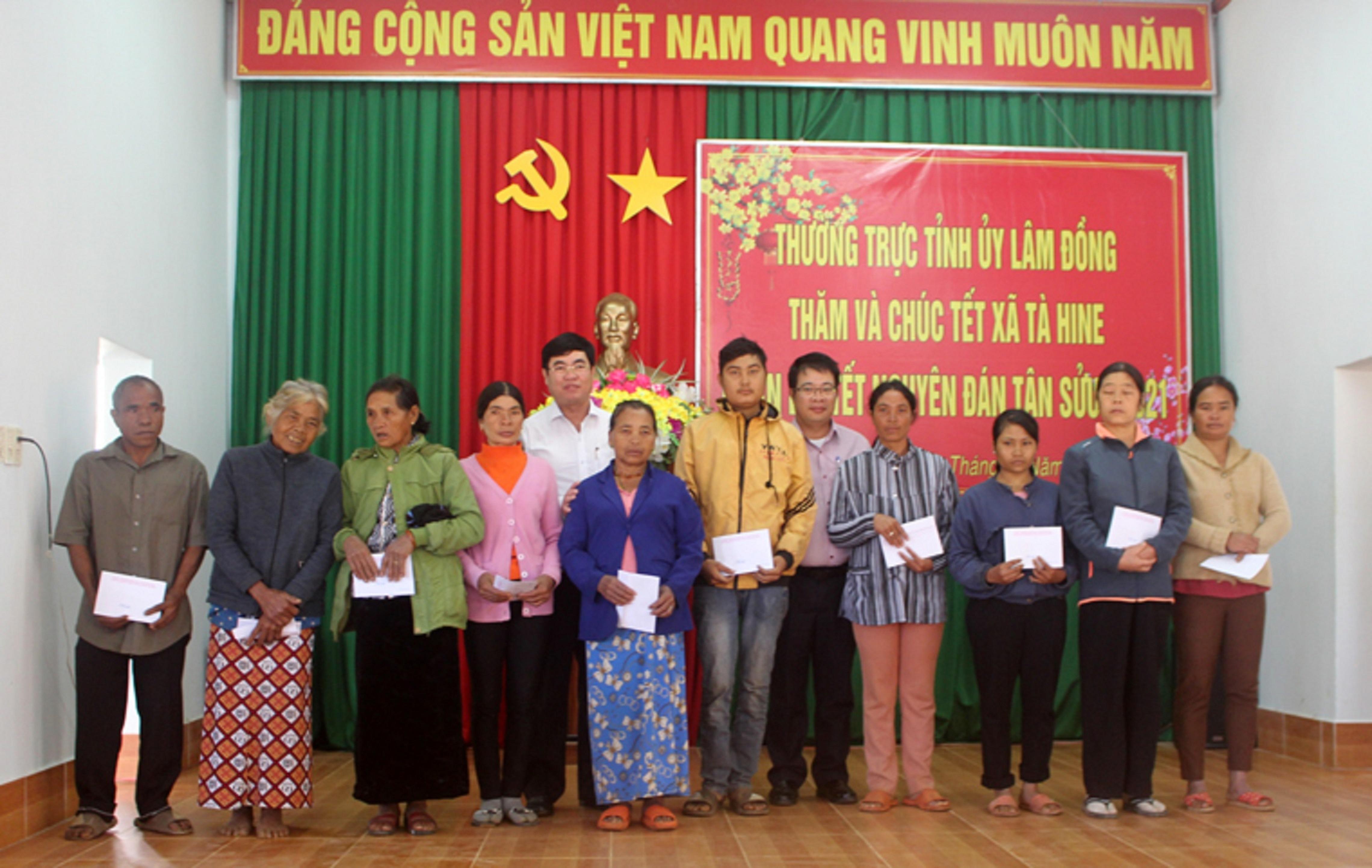 Lãnh đạo Tỉnh ủy Lâm Đồng và Huyện ủy Đức Trọng, trao quà cho các hộ có hoàn cảnh khó khăn của 5 xã vùng loan.