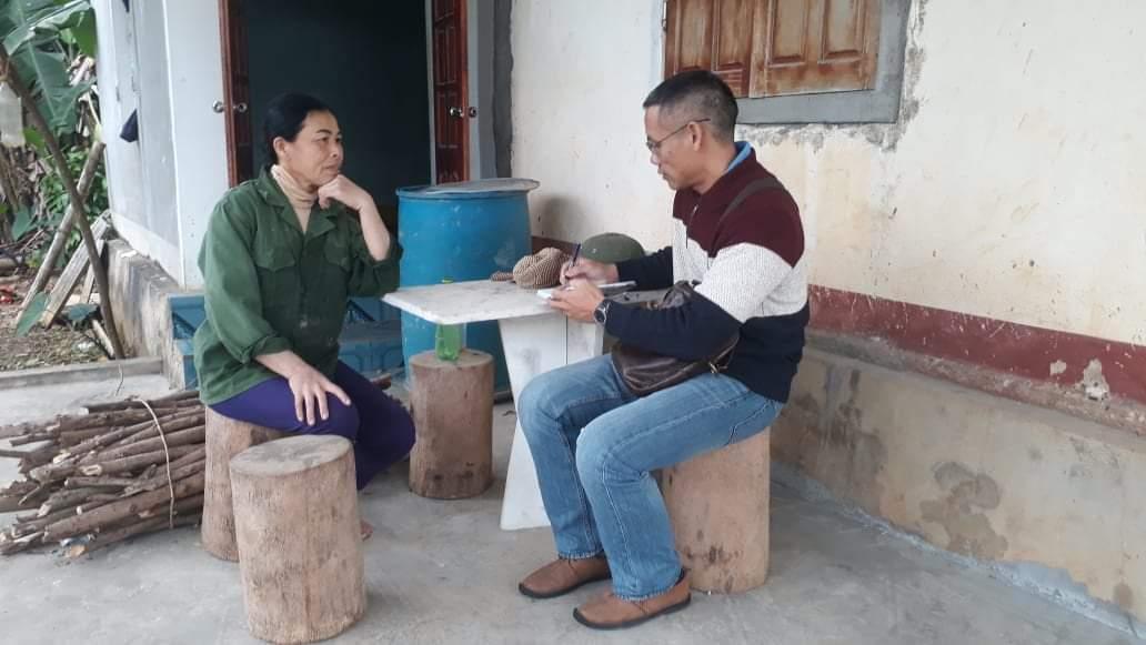Bà Cao Thị Lương trao đổi câu chuyện thoát nghèo cùng PV