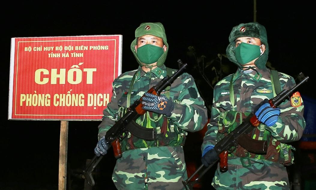 Các chiến sĩ luôn sẵn sàng, cảnh giác cao độ trong phiên gác đêm