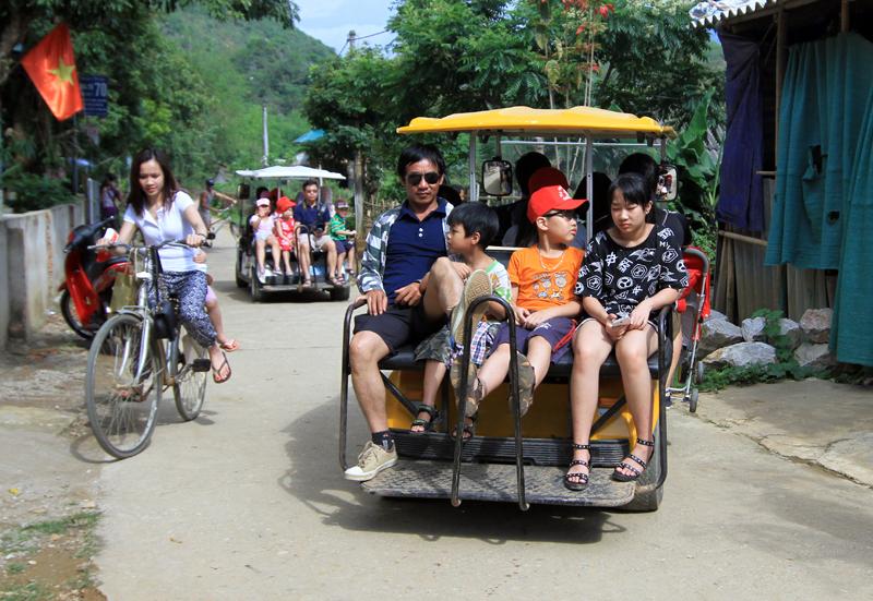 Con đường nội bản xưa vốn yên bình, du khách rất thích đi bộ thong dong ngắm cảnh ở bản Lác, Mai Châu, Hòa Bình giờ đây là tuyến đường chính dành cho những chiếc xe điện hoạt động. ảnh tư liệu