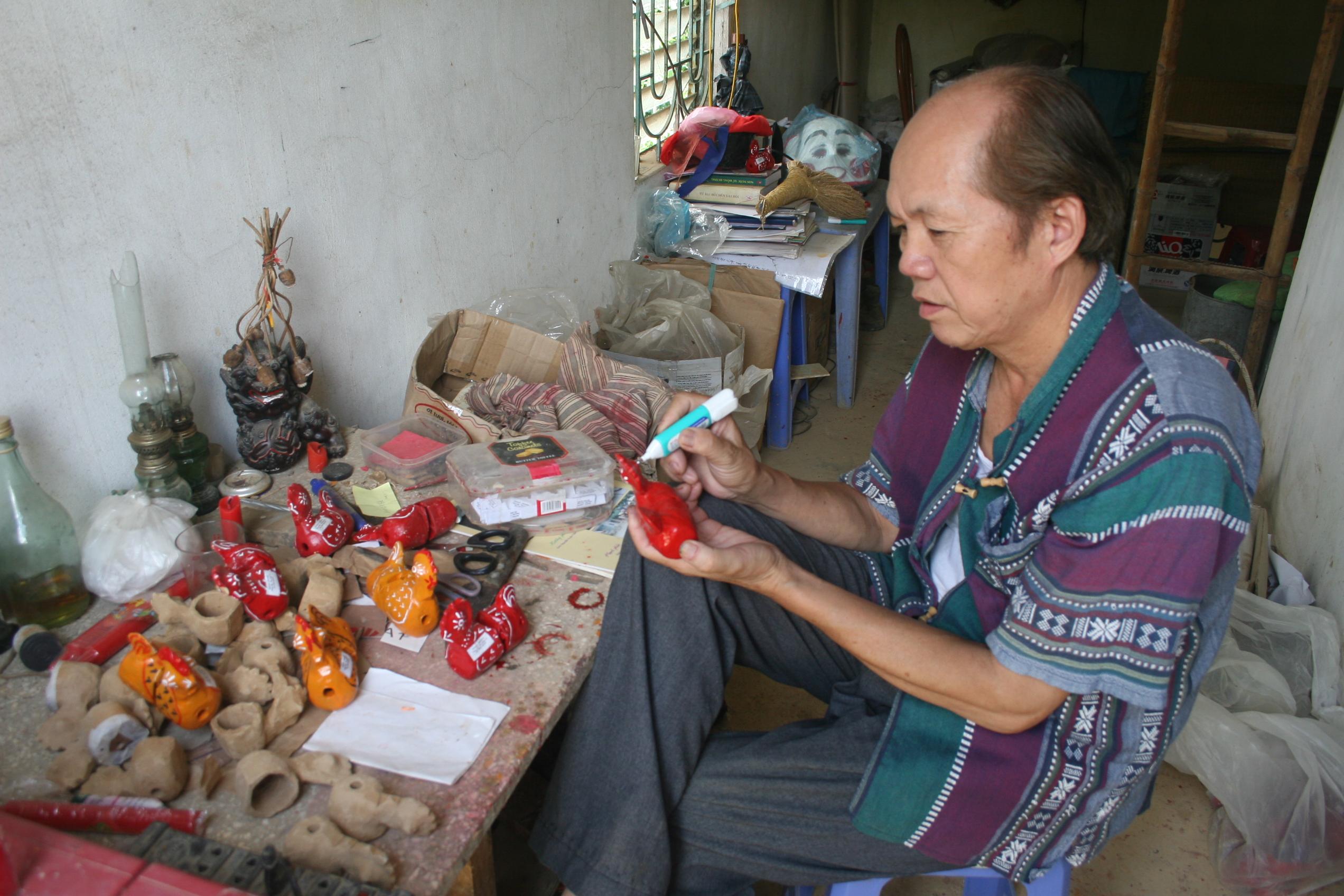 Ông Chóong dành rất nhiều thời gian cho việc chế tác gà đất
